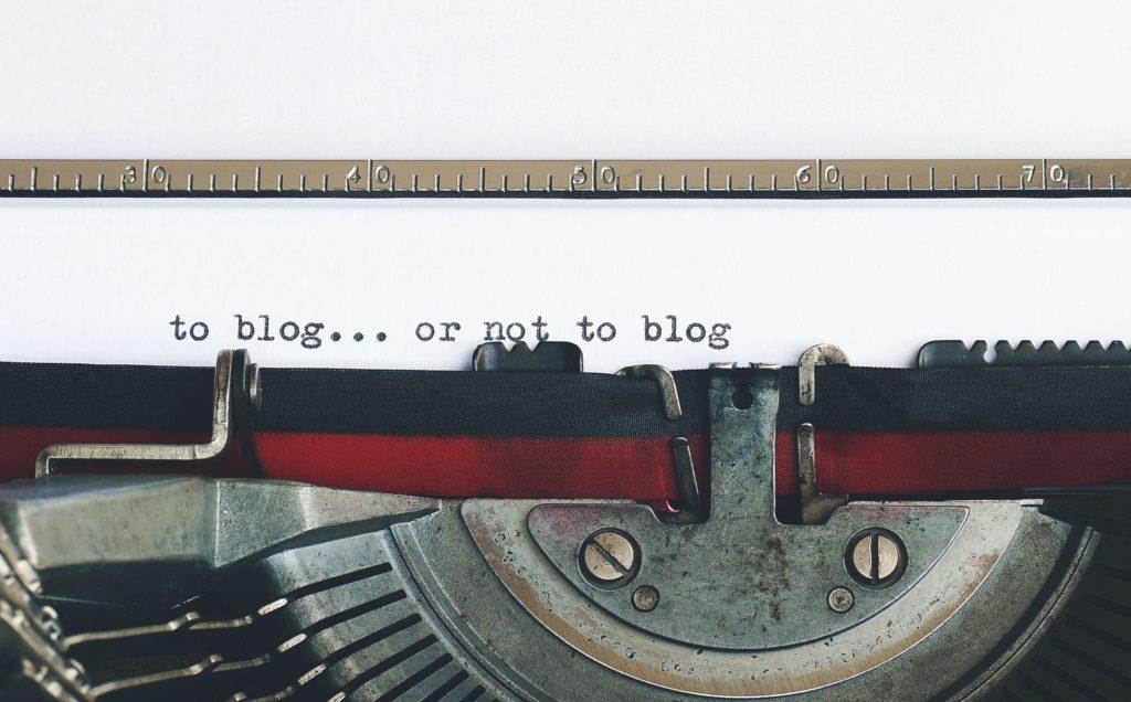Macchina-da-Scrivere-che-batte-la-frase-To-Blog-or-Not-To-Blog